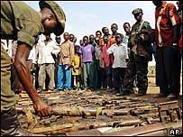 Ugandeses lamentan v�ctimas de masacre.