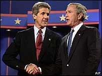 John Kerry y George W Bush se saludan tras el debate en Miami