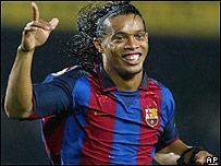 Ronaldinho con su camiseta del Barsa