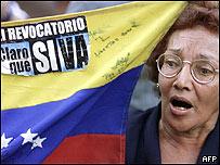 Opositora al presidente Hugo Chávez muestra cartel de apoyo al referendo