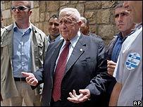 Primer Ministro de Israel, Ariel Sharón (en el centro)