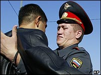 Russian policeman tackles youth (file pic)