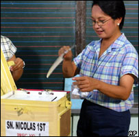Current President Gloria Arroyo voting