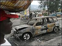 Un automóvil quemado en Puerto Príncipe