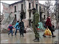 Soldado ruso y otras cuatro personas en una calle de Chechenia.