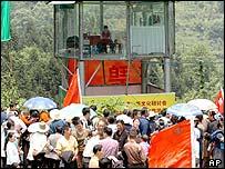 Crowds around Chen's house