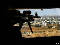 Soldado israelí mira hacia la Franja de Gaza