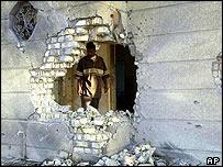 Un iraquí observa el daño hecho a su vivienda en Faluya