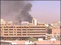 Humo en el centro de Bagdad después de la explosión