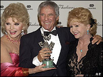 Burt Bacharach receives an entertainment award at a charity event from Ruta Lee (l) and Debbie Reynolds