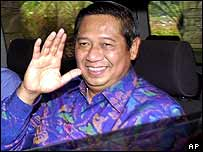 Susilo Bambang Yudhoyono waves to reporters, 4 October 2004