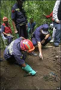 El lunes, las autoridades encontraron un cuerpo enterrado en el Haltillo, donde apresaron a los supuestos paramilitares.