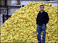 Doug Fishbone and his display of 30,000 bananas