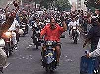 Simpatizantes del presidente Chávez exigen su restitución