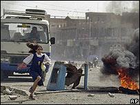 niña huyendo de los enfrentamientos en las calles de Basora
