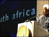 Nelson Mandela address the South Africa World Cup bid team