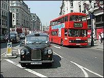 Taxi negro y autobús doble piso