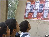 Niños iraquíes curiosean los carteles que anuncian la recompensa por la captura de Zarqawi.