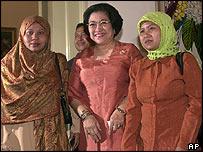 Megawati Sukarnoputri flanked by former hostages Istiqomah binti Misnad and Casingkem binti Aspin