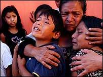 Madre e hijos de una de la víctimas de la ola de asesinatos de mujeres en Guatemala