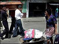 Los parientes de una de las jovenes asesinadas llevan su f�retro.