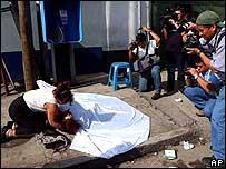 Una madre junto al cuerpo de su hjja asesinada en Guatemala en agosto