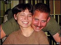 El cabo Charles A. Graner (derecha) y la soldado Lynndie England fotografiados en la prisión de Abu Ghraib