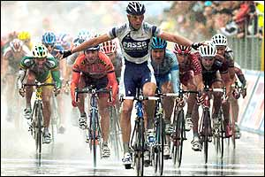 Petacchi wins the sixth stage in pouring rain