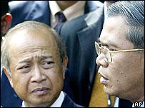 Prince Norodom Ranariddh (left) and Prime Minister Hun Sen (right) (15/07/2004 )