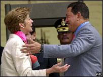 La ministra de Relaciones Exteriores de Colombia, Carolina Barco, y el  presidente de Venezuela, Hugo Ch�vez.