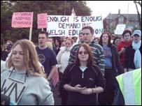 Myfyrwyr Aberystwyth yn protestio