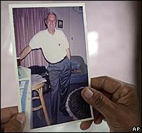Sombat, la mujer de Bigley, sostiene una foto de su marido, el ingeniero británico secuestrado