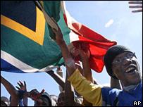 Jóvenes sudafricanos celebran la desiganación en el parque Mofolo, en Soweto.