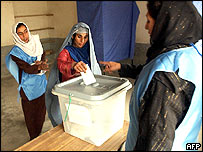 Una mujer vota en Afganistán.