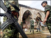 Thai soldiers outside mosque in Pattani province, 29 April 2004