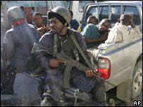 Policías haitianos arrestan a simpatizantes de Aristide en Bel Air.