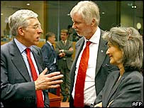 UK's Jack Straw (left) with Finland's Erkki Tuomioja (centre) and Portugal's Teresa Patricio Gouveia