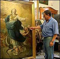 Art restorer Paulino Gimenez with the Inmaculada (photo: La Opinion de Malaga)