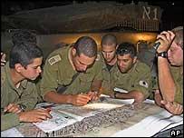 Израильские военные склонились над картой Рафаха