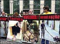 Activistas de DD.HH. protestan frente a la embajada de EE.UU. en Brasilia