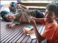 Niños que viven con Aki Ra y su familia.  Foto: Manuel Toledo