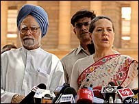 Sonia Gandhi (right) with senior Congress leader Manmohan Singh