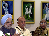 Indian Prime Minister Manmohan Singh, left with Maharashtra state Chief Minister Sushil Kumar Shinde (centre)