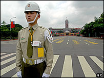 Security official in front of Taiwan's presidential palace  (19/5/04)