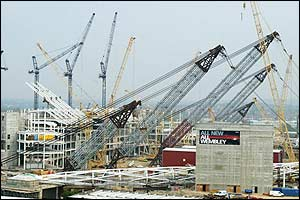 Huge cranes are moved into place in readiness to lift the arch into position