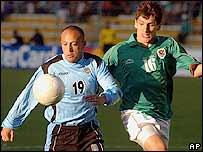 Javier Chevantón, de Uruguay, disputa el balón con el boliviano Ronald Raldes