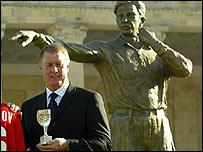 Джефф Херст у статуи Тофику Бахрамову