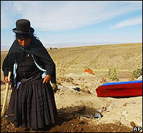 Mujer desentierra a su hijo muerto hace un año para llevarlo a un mausoleo en El Alto