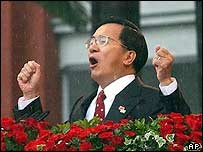 Taiwan's President Chen Shui-bian thanks his supporters during the inauguration ceremony in Taipei