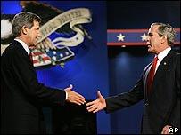 El senador John Kerry y el presidente George W. Bush